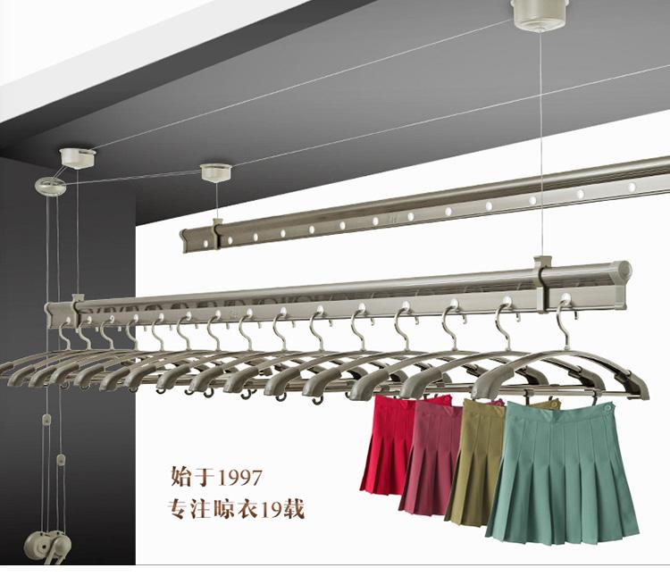 顶座的安装:在需安装的阳台顶上,用钢尺测量一下阳台顶上照明灯的直径,然后在灯的两边15cm-30cm之间做一安装记号(长度根据阳台大小决定)。再测量一下记号与阳台边沿的距离,根据这个距离确定顶座安装的宽度。 晾衣架的安装方法 一手摇器的安装:手摇器一般安装在阳台右边,以方便习惯性使用,距离地面一般120cm,根据使用者身高决定。用膨胀螺丝固定。 二顶座的安装:在需安装的阳台顶上,用钢尺测量一下阳台顶上照明灯的直径,然后在灯的两边15cm-30cm之间做一安装记号(长度根据阳台大小决定)。再测量一下记号与阳