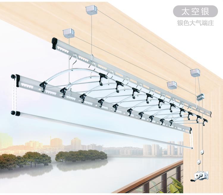 首先是吊顶悬挂式晾衣架,由于客厅与阳台间有梁可以遮挡吊顶上的晾