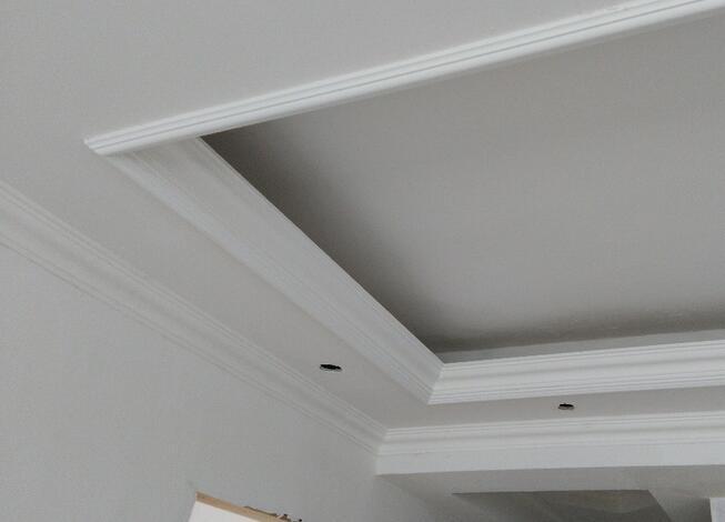 家居装修中石膏线其实是比较纠结的一个装修项目,是不是还在纠结到底要不要安装石膏线?也还有人会问,石膏线到底有什么作用?如果安装需要注意什么?今天小编就为大家解答一下。  一、什么是石膏线? 石膏线是石膏制品的一种,一般用在室内装修装饰中,多作为顶角线使用,围绕房顶边缘一周,可带有各种花纹,其内可经过水管,实用美观,价格低廉,具有防火、防潮、保温、隔音、隔热功能,并能起到装饰效果。 一般来说,石膏装饰线的规格分宽、窄、长短等几个规格。宽规格的石膏装线通常为150毫米、130毫米、110毫米、100毫米等,长