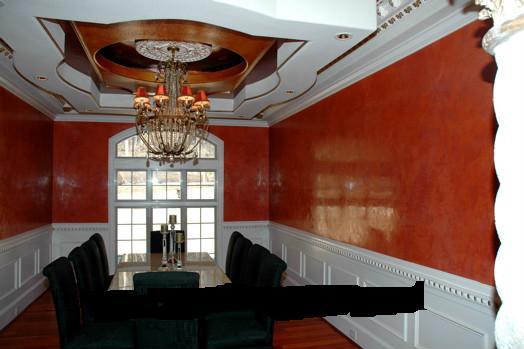 威尼斯泥是流行于欧美、日本、台湾的一种新型墙面艺术漆,漆面光洁,有石质效果,花纹讲究若隐若现,有三维感。花纹可细分为冰菱纹、碎纹纹、大刀石纹等各种效果,以上效果以朦胧感为美。进入国内市场后,威尼斯泥风格有创新,讲究花纹清晰,纹路感鲜明,在此基础上又有风格演绎为纹路有轻微的凸凹感。